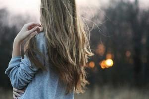 donna-di-spalle-con-capelli-lunghi