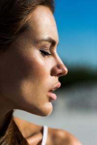 profilo-di-bella-donna-con-le-labbra-rosa_1304-5171